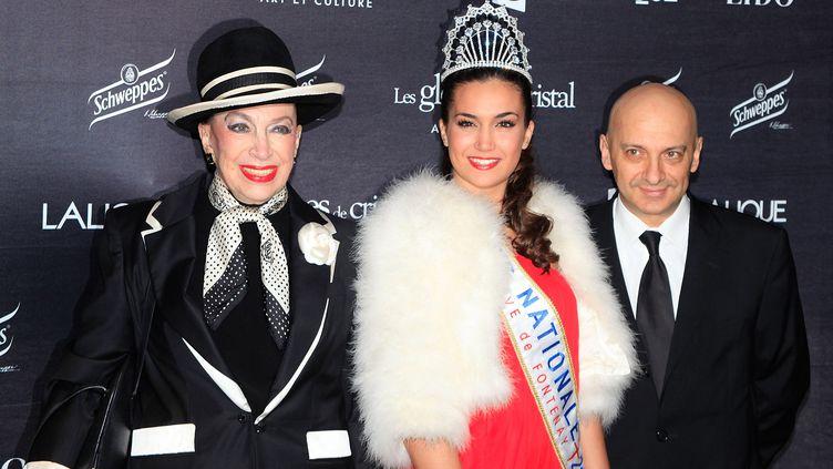 Geneviève de Fontenay et sa Miss nationale, Barbara Morel 2011, le 7 février 2011, au Lido, à Paris. (PATRICK AVENTURIER / GETTY IMAGES)