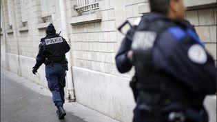 Un policier en faction devant une école (illustration). (LUC NOBOUT / MAXPPP)