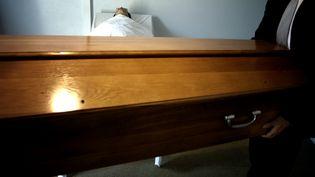 A Nancy (Meurthe-et-Moselle), par 38°C, des dysfonctionnements dans un centre de pompes funèbres ont transformé des obsèques en cauchemar, début juillet. (JEFF PACHOUD / AFP)