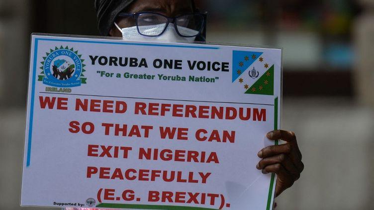 """""""Nous réclamons un référendum afin de quitter le Nigeria en paix"""". L'autonomie de la région sud-ouest du Nigeria intéresse même la diaspora qui milite un peu partout dans le monde, comme ici à Dublin, le 12 juin 2021. (ARTUR WIDAK / NURPHOTO)"""