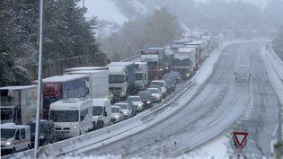 Plusieurs centaines de camions et de voitures bloqués à cause de la neige sur l'autoroute A47,à hauteur de Saint-Chamond, à proximité de Saint-Etienne,le 20 novembre 2013. (PHILIPPE DESMAZES / AFP)