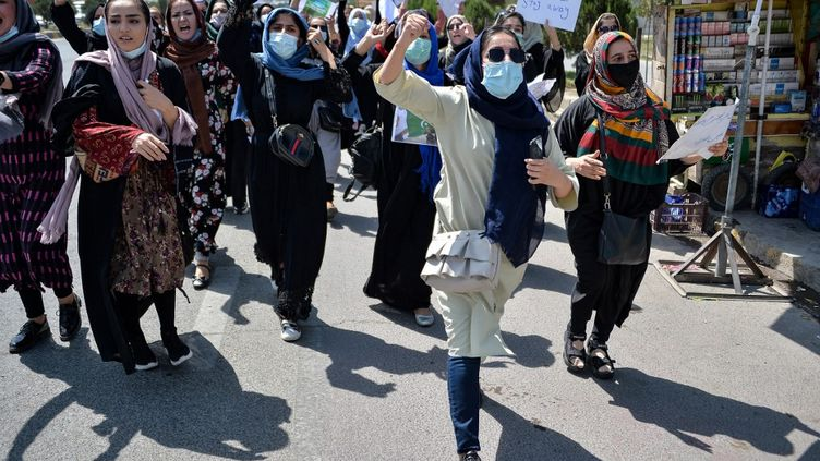 Des Afghanes manifestent près de l'ambassade du Pakistan à Kaboul le 7 spetembre 2021, pour dénoncerl'ingérence d'Islamabad, proche des talibans.     (HOSHANG HASHIMI / AFP)