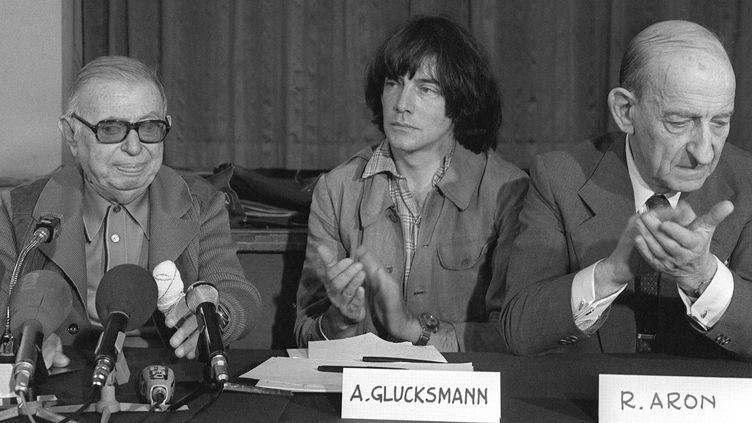 """André Glucksmann, en 1979, parvient à réunir Jean-Paul Sartre et Raymond Aron,lors d'une conférence de presse du mouvement """"Un bateau pour le Vietnam"""".  (MICHEL CLEMENT / AFP)"""