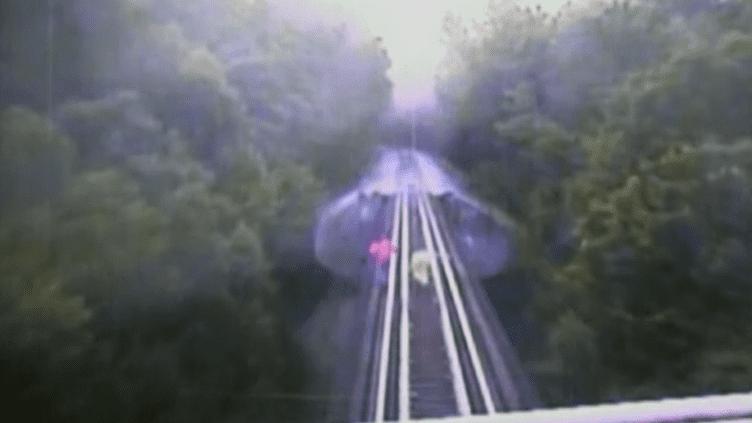 Ces deux femmes ont tenté de traverser un pont, mais un train est arrivé en sens inverse. Par chance, elles ont survécu. (INDIANA RAILROAD COMPANY / ABC / AP)