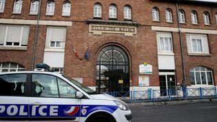 Une voiture de police est stationnée devant le lycée Roosevelt de Reims (Marne), où un élève a été poignardé au ventre par un de ses camarades lundi 10 octobre 2016. (FRANCOIS NASCIMBENI / AFP)