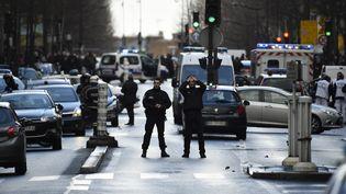 Des policiers sur le boulevard Barbès, à côté du commissariat de la Goutte-d'Or, dans le 18e arrondissement de Paris. (LIONEL BONAVENTURE / AFP)