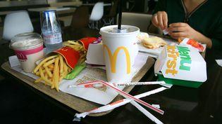 Une boisson avec des pailles en plastiquedans un restaurant McDonald's deValence (Drôme), le 12 mai 2019. (NICOLAS GUYONNET / HANS LUCAS / AFP)