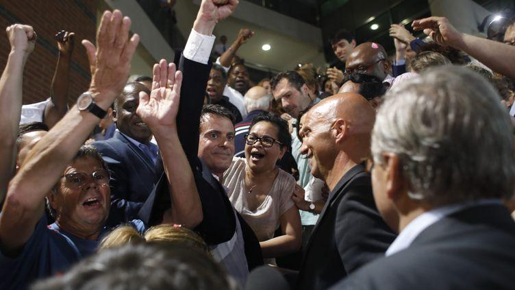 Manuel Valls célèbre sa victoire à l'issue dusecond tour des élections législatives à Evry, le 18 juin 2017. (MAXPPP)