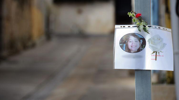 Une photo d'Océane, affichée le 7 novembre 2011 à l'entrée de la rue où habitent ses parents, à Bellegarde (Gard). (PASCAL GUYOT / AFP)