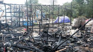 """Des structures brûlées dans la """"jungle"""" de Calais (Pas-de-Calais), au troisième jour du démantèlement, le 26 octobre 2016. (CITIZENSIDE / AFP)"""