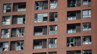 A Tianjin, l'explosion du 12 août a été si violente qu'elle a brisé les vitres des immeubles d'habitations à proximité de la zone portuaire. (GREG BAKER / AFP)