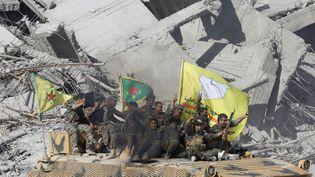 Les Forces démocratiques syriennes dans les rues de Raqqa (Syrie), le 17 octobre 2017. (ERIK DE CASTRO / REUTERS)