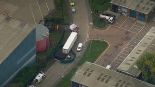 La police a fait une macabre découverte dans une ville de l'Essex, au nord du Royaume-Uni. 38 adultes et un adolescent ont été retrouvés morts et le chauffeur du camion appréhendé. (CAPTURE ECRAN FRANCE 2)