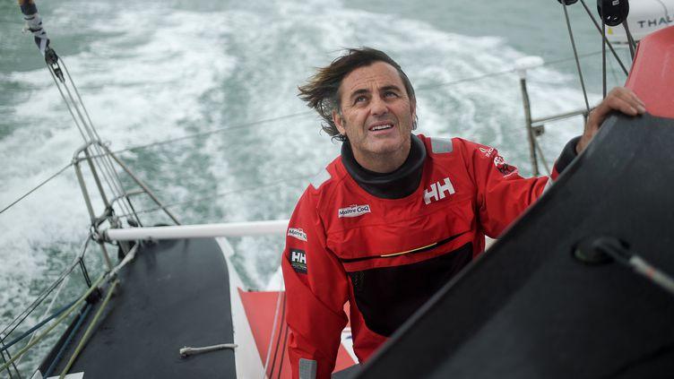 """Le skipper, Yannick Bestaven sur son """"Maître CoQ"""", en octobre 2020. (SEBASTIEN SALOM-GOMIS / AFP)"""