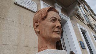 Le buste de Marcel Pagnol devant sa maison natale d'Aubagne, inauguré le 28 février 2015.  (Photopqr/Nice-Matin/P.Blanchard)