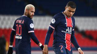 Neymar et Kylian Mbappé lors du match face à Bordeaux, le 28 novembre 2020, au Parc des princes, à Paris. (FRANCK FIFE / AFP)