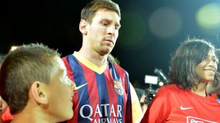 Lionel Messi lors d'une tournée de l'équipe de Barcelone dans le stade d'Hébron en Cisjordanie avec de jeunes joueurs (et joueuses) palestiniens en 2012. (Salih Zeki Fazlioglu / Anadolu Agency)