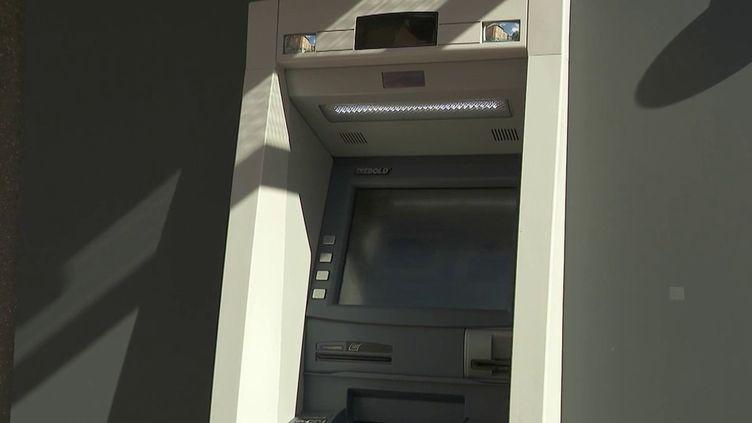 Dans la commune deSerrières-de-Briord (Ain), la ville s'est battue afin de maintenir son distributeur automatique de billets. Désormais, les habitants doivent se déplacer loin, une situation compliquée. (CAPTURE ECRAN FRANCE 2)