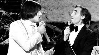 Serge Lama et Charles Aznavour à la télévision, en 1979. (PATRICE PICOT / GAMMA-RAPHO)