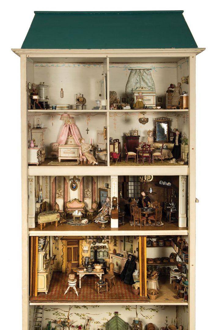 """La maison de poupée """"Appelboom"""". Belgique et Allemagne, fin XIXe – début XXe siècle. H. 205 x L. 90 x l. 42 cm. Inv. F.10402  (Musées royaux d'art et d'histoire )"""