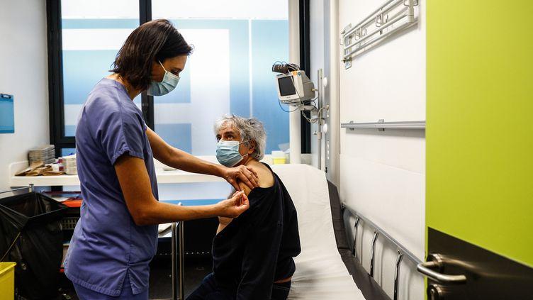 Une infirmière vaccine une soignante de plus de 50 ans à l'hôpital de l'Hotel-Dieu à Paris, le 2 janvier 2021. (SAMEER AL-DOUMY / AFP)