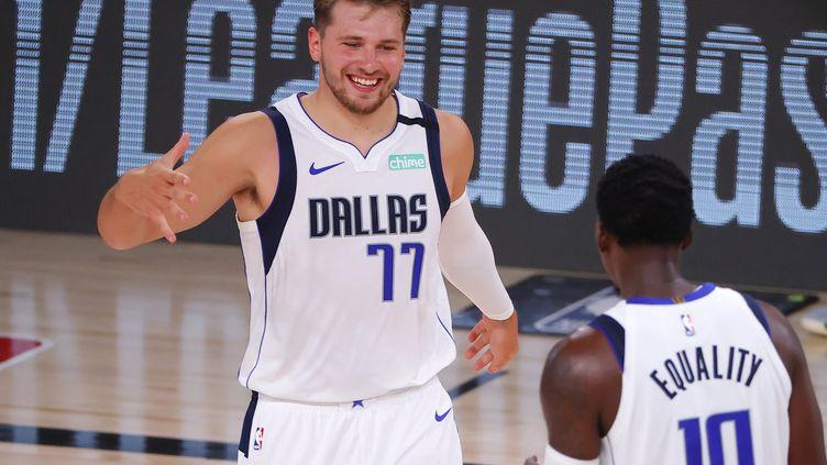 Luka Doncic des Mavericks de Dallas célèbre un panier à trois points avec son coéquipier Dorian face aux Bucks de Milwaukee, le 8 août 2020. (KEVIN C. COX / GETTY IMAGES NORTH AMERICA)