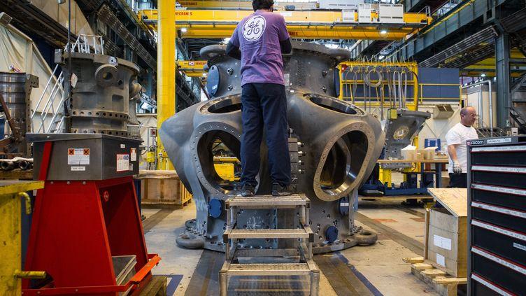 Unsalariéde la multinationale américaine General Electric (GE) travaille sur une turbine à gaz dans l'usine GE de Belfort, dans l'est de la France. (SEBASTIEN BOZON / AFP)