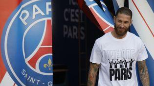 Sergio Ramos lors de la cérémonie de présentation avant le match deLigue 1 entre le Paris Saint-Germain et le Racing Club Strasbourg au Parc des Princes, à Paris, le 14 août 2021. (GEOFFROY VAN DER HASSELT / AFP)