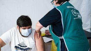 Un homme reçoit une dose de vaccin contre le Covid-19 à Castelsarrasin (Tarn-et-aronne), le 24 août 2021. (PATRICIA HUCHOT-BOISSIER / HANS LUCAS / AFP)