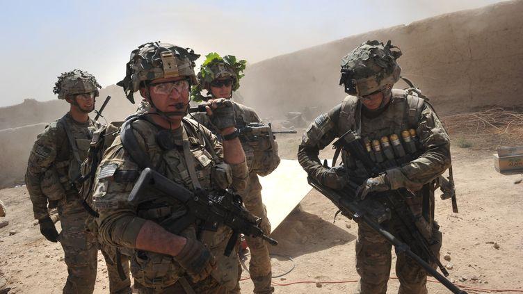 Des troupes américaines commandées par l'Otan patrouillent dans le village de Kandalay (Afghanistan) le 5 août 2011, à la suite d'attaques de talibans sur un checkpoint voisin. (ROMEO GACAD / AFP)
