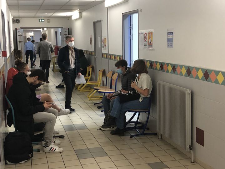 Derniers instants d'attente pour ces élèves de Terminale avant de passer le Grand Oral, au lycée La Hotoied'Amiens. (ALEXIS MOREL / RADIO FRANCE)