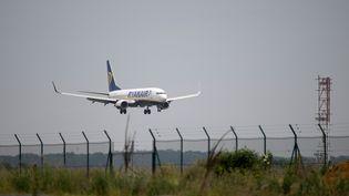 Un avion Ryanair atterrit sur la piste de l'aéroport Beauvais-Tillé (Oise) le 4 juin 2019. (ERIC FEFERBERG / AFP)