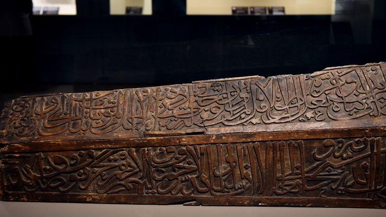 """Cénotaphe en bois couvert d'inscriptions religieuses dans l'exposition """"Art de la civilisation islamique"""" à Rome  (GABRIEL BOUYS / AFP)"""