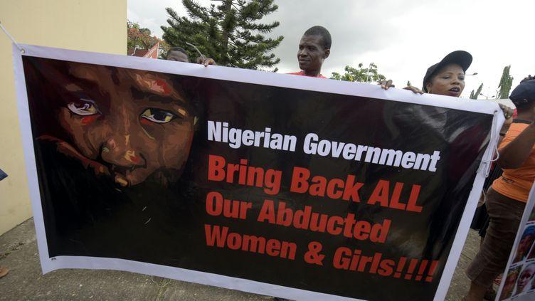 """Des manifestants du collectif """"Bring back our girls"""" manifestent à Lagos, au Nigeria, le 14 avril 2016. (PIUS UTOMI EKPEI / AFP)"""