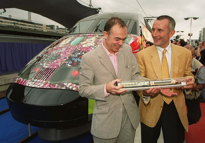 Le couturier Christian Lacroix et Guillaume Pepy présentent le nouveau design du TGV Méditerranée, en juillet 2000, à la gare de Lyon, à Paris. (JACK GUEZ / AFP)