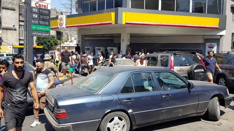 Des Libanais font la queue dans une station-service de Tripoli (Liban), le 14 août 2021. (AHMED SAID / ANADOLU AGENCY)