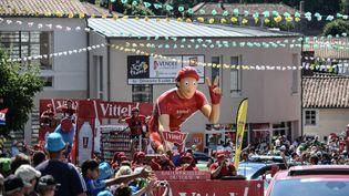 Des spectateurs attendent le passage de la caravane du Tour de France, lors de la 2e étape entre Mouilleron-Saint-Germain (Vendée) et La Roche-sur-Yon, le 8 juillet 2019. (JEFF PACHOUD / AFP)