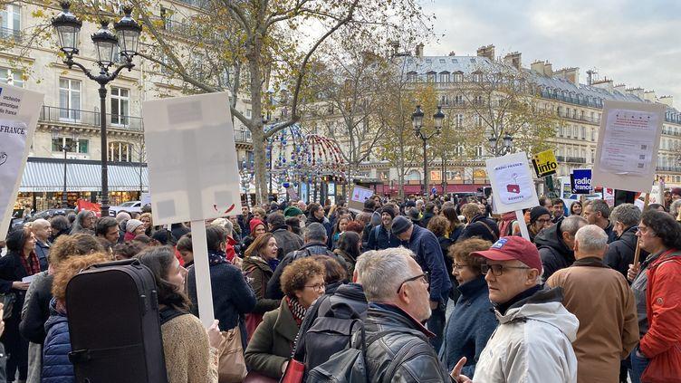 Des salariés de Radio France manifestent devant le ministère de la Culture, à Paris, le 29 novembre 2019. (VALERIA EMANUELE / RADIO FRANCE)