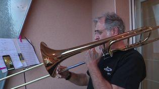 Solidarité envers les soignants : du trombone chaque soir à 20 heures (Capture d'écran France 3)