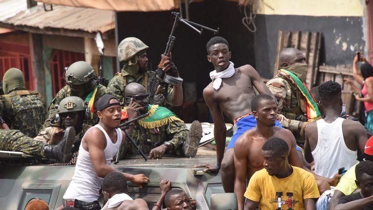 Les forces spéciales de Guinée célèbrent leur coup d'Etat avec plusieurs Guinéens à Conakry, le 5 septembre 2021. (CELLOU BINANI / AFP)
