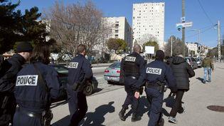 Des policiers en faction dans la cité sensible de la Castellane, à Marseille (Bouches-du-Rhône), après des tirs à la kalachnikov, le 9 février 2015. (BORIS HORVAT / AFP)