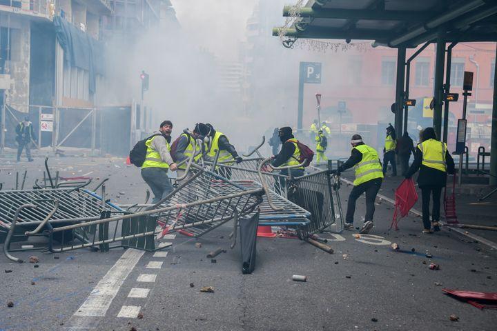"""Des """"gilets jaunes"""" mobilisés à Toulouse, le 1er décembre 2018. (PASCAL PAVANI / AFP)"""