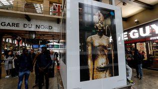 Des photos de l'exposition Toutânkhamon affichées à la gare du Nord à Paris (12 juin 2019) (FRANCOIS GUILLOT / AFP)