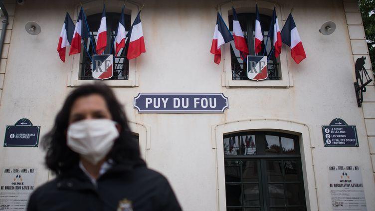 Une employée du Puy du Fou portant un masque, le 5 juin 2020, aux Epesses (Vendée). (LOIC VENANCE / AFP)