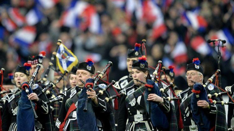 Des joueurs de cornemuse encouragent l'équipe d'Ecosse de rugby le 7 février 2015. (MIGUEL MEDINA / AFP)