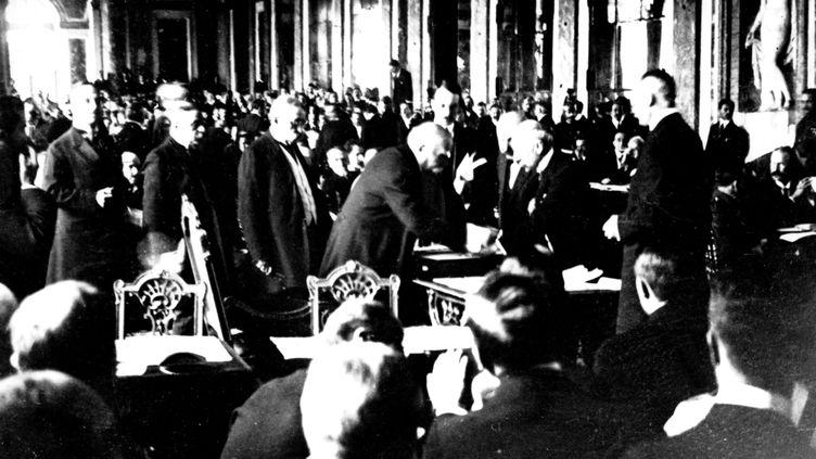 Le président du Conseil français, Georges Clémenceau, signe le traité mettant fin à la Première guerre mondialele 28 juin 1919 dans la galerie des Glaces au château de Versailles. (AFP - ARCHIVES SNARK)