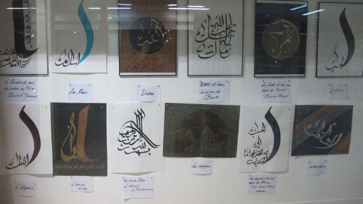 Des calligraphies exposées à l'extérieur des locaux de l'association Abchir, le mercredi 28 janvier 2015. (MARIE-ADELAIDE SCIGACZ / FRANCETV INFO)