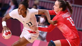 Les Bleues affrontent les championnes olympiques en titre dans le groupe B à Tokyo. (DANIEL LEAL-OLIVAS / AFP)