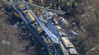 Deux trains sont entrés en collision, mardi 9 février 2016, près de Bad Aibling en Bavière (Allemagne). (PETER KNEFFEL / DPA / MAXPPP)