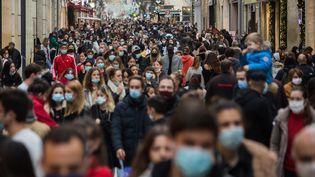 Une rue commerçante de Bordeaux noire de monde pour un des derniers jours des courses de Noël, le 22 décembre 2020. (LAURENT PERPIGNA IBAN / HANS LUCAS / AFP)